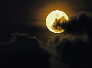 雲に隠れる満月 by占いとか魔術とか所蔵画像