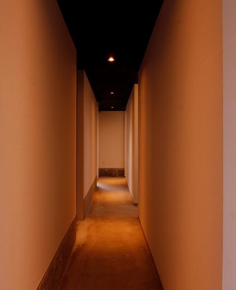 廊下の奥にある個室でお食事を