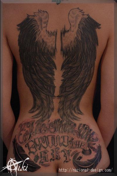 20150729 名古屋 栄 タトゥー スタジオ 背中一面 バックピース 羽 ブラックアンドグレー 女性 レタリング 文字 TATTOO
