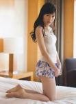 AKB48 渡辺麻友 セクシー ショートパンツ お尻チラ 太もも 着エロ カメラ目線 誘惑 ベッドの上 高画質エロかわいい画像9263