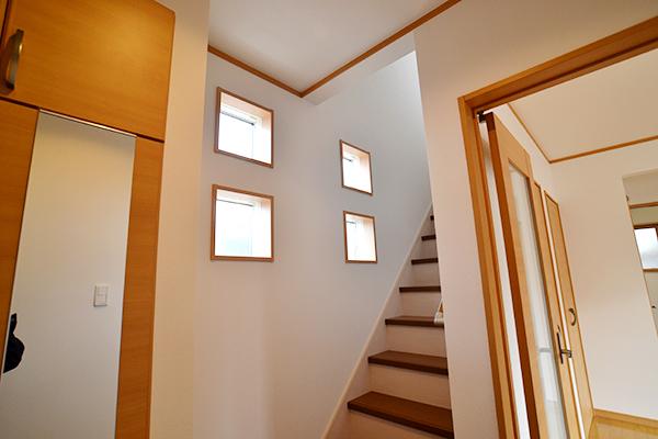 玄関ホール_デザイン窓