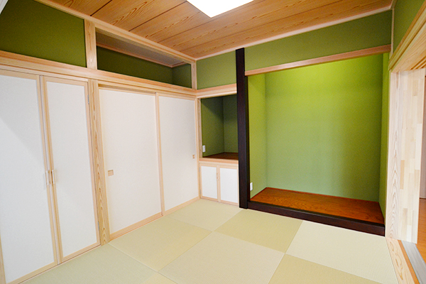鮮やかなモスグリーンの和室