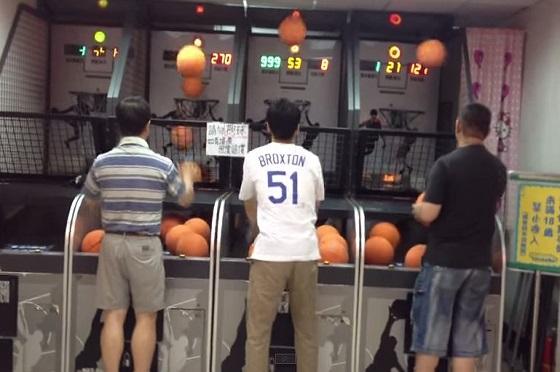 バスケ(フリースロー)のゲームで遊ぶ3人!異次元の人が混じっていた!?