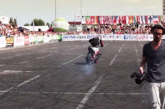 まさに神ワザ!!大型バイクを自由自在に乗りこなす驚異のパフォーマンス!