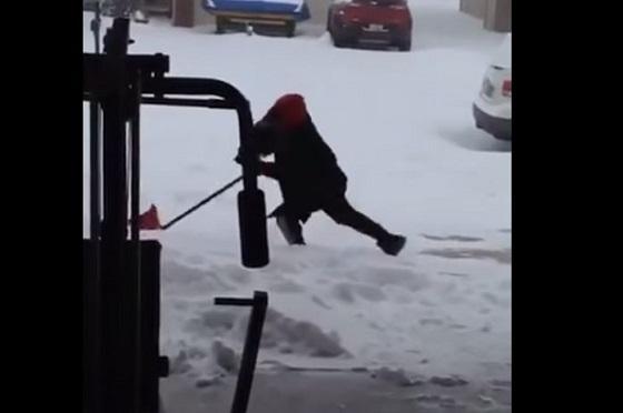 【爆笑必至】転びそうで転ばない『滑り続ける男性』の姿が驚異的と話題に!!
