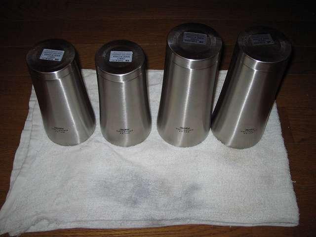 酸素系漂白剤を投入して熱湯を注ぎ、しばらく時間を置いた後 フォルテック・ハウス ステンレスタンブラー 400ml FHR-6177 と フォルテック・ハウス ステンレスタンブラー 620ml をスポンジで洗い水気をふき取ったところ