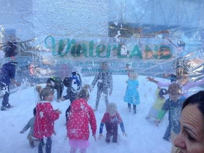 人口の雪で遊ぶ