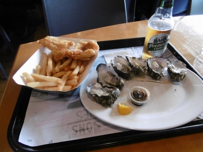 小ぶりの生牡蠣とフィッシュアンドチップス