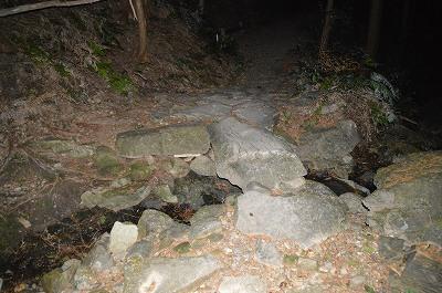 こっちにも一枚岩の橋が