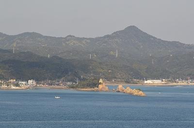 向かいの島からの橋杭岩
