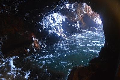 波立つ洞窟