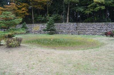 復原された石積み土塁と庭園