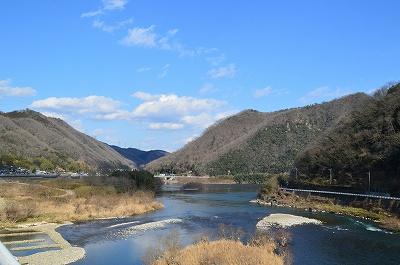 山の隙間、川沿いを南下していく
