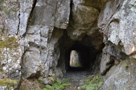 自然に崩れそうなトンネル