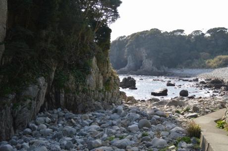岩まみれの海岸も
