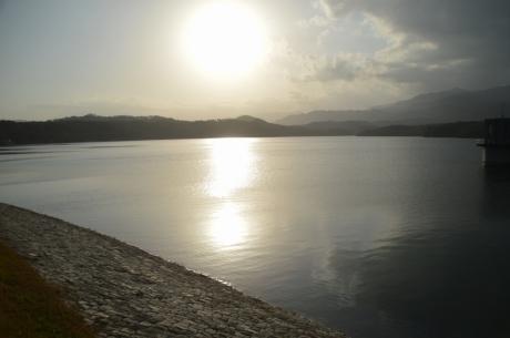 1朝の満濃池