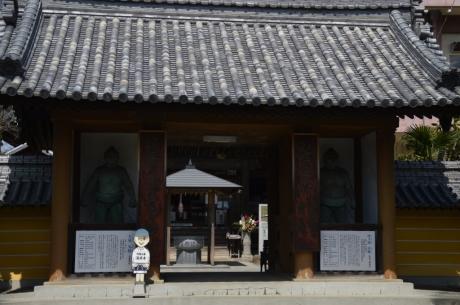 17海岸寺の本堂入口