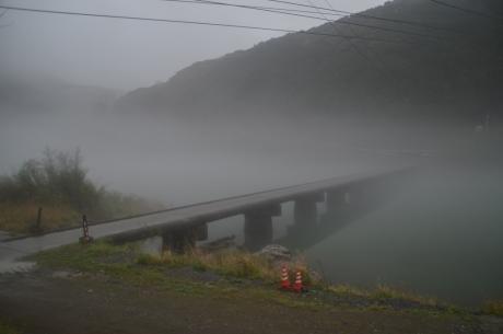 6霧の沈下橋