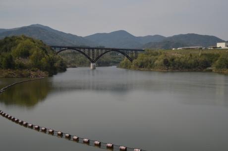6ダム湖の橋はこの形多い