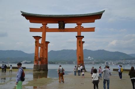 8干潮の厳島神社鳥居
