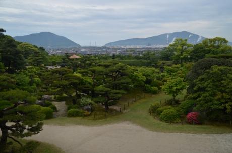 7山や街並みを借景とした庭園