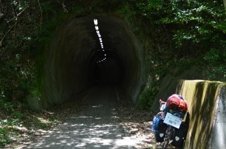7手彫り風のトンネル
