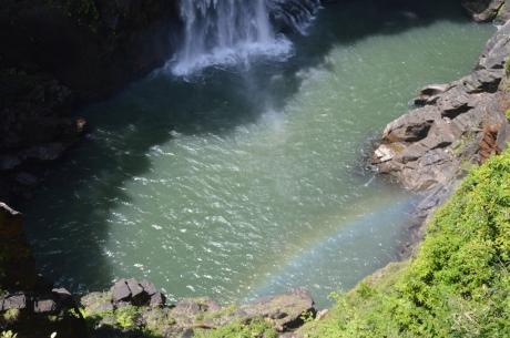 4滝壺に虹