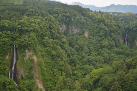 12反対側では滝が