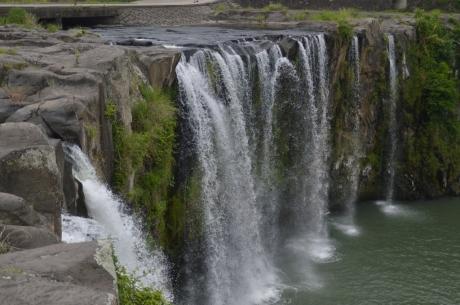 16柱状節理の滝