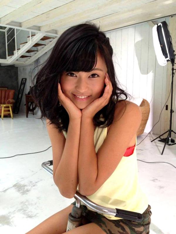 【小島瑠璃子】ぷるぷる爆乳デカパイ丸見えおっぱいエロ画像