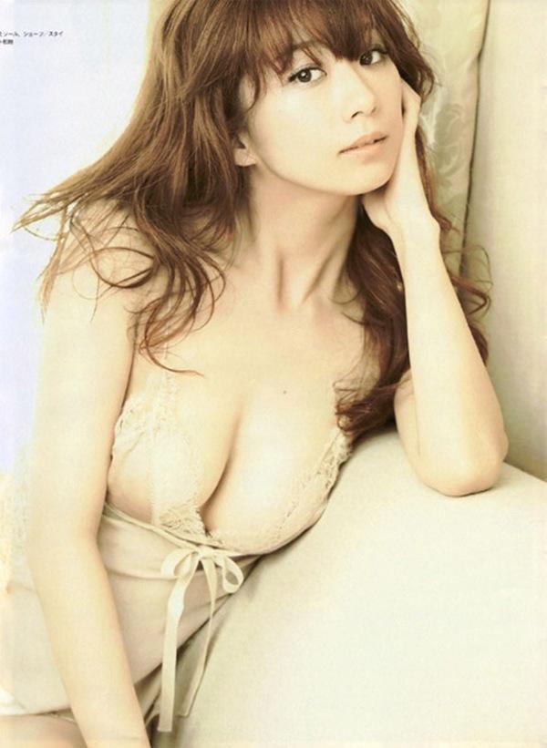 【優香】痩せた巨乳おっぱいの下着ハミ乳画像