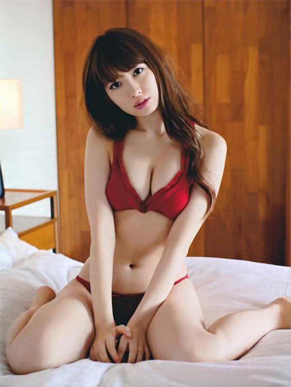 【小嶋陽菜】巨乳オッパイの丸見えハミ乳画像