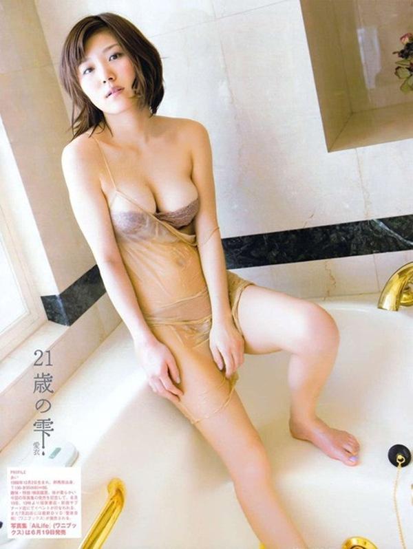 【愛衣】ぷるぷる爆乳オッパイのハミ乳画像