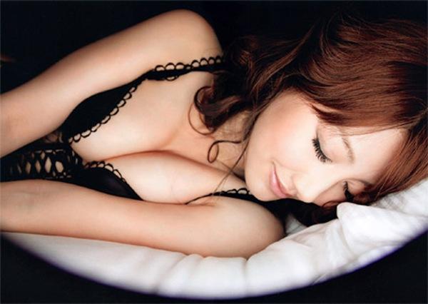 【安めぐみ】美乳おっぱいハミ乳画像