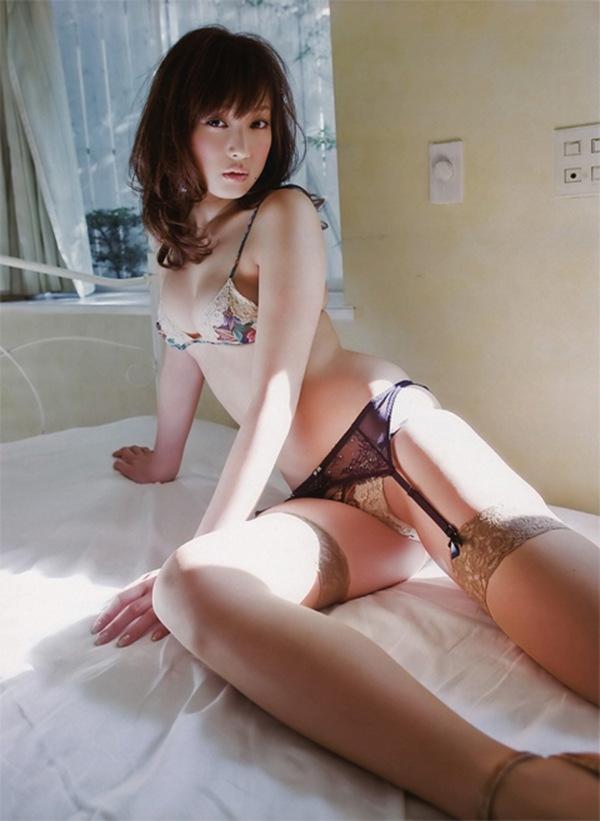 【池田夏希】美乳おっぱいの下着セミヌード画像