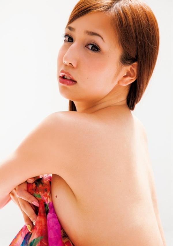 【丸高愛美】美乳おっぱいノーブラ過激セミヌード画像