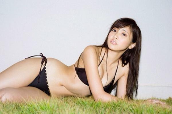 【佐野ひなこ】Fcupぷるぷる巨乳オッパイの水着ハミ乳画像
