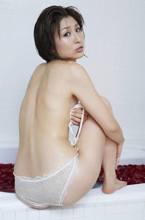 【おかもとまり】美乳おっぱいの手ぶらセミヌードエロ