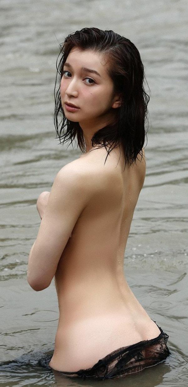 【芹奈】おっぱい桃尻から手ぶらセミヌードエロ画像