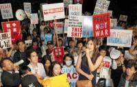 国会前で抗議する人々