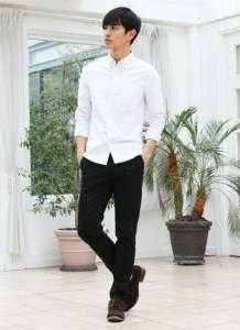 白シャツ×黒チノパン