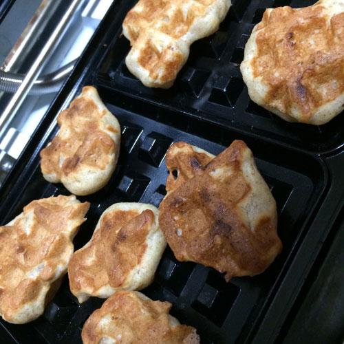 ワッフル型で焼き菓子作り。