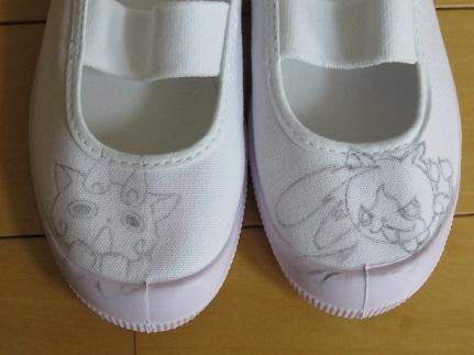つま先部分が平らじゃなくて描きづらいので、トレーシングペーパーに描いてから裏返しに上靴にあててこすると線がうまいこと写せます。 本とかからイラストを写すこと