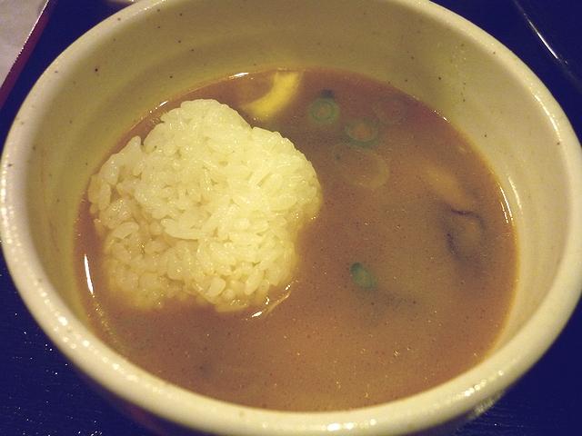 牡蠣塩バターつけ麺のつけダレに割りご飯投入