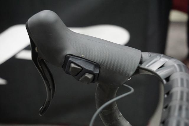 TRP-Di2-climbers-button-integration-on-hydraulic-brake-levers03.jpg