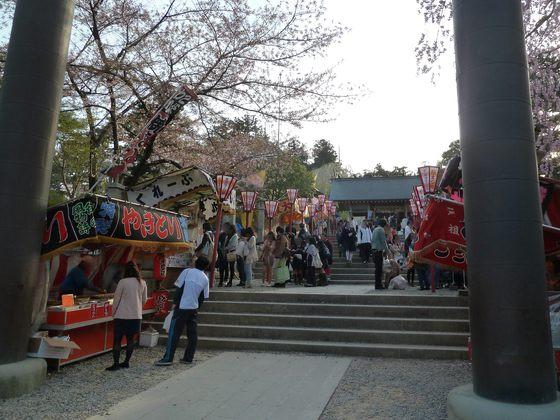 露店で賑わう開成山大神宮の参道