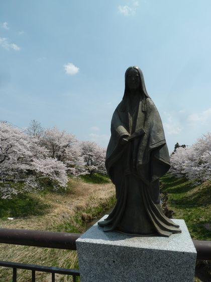 小野町の桜と小野小町像