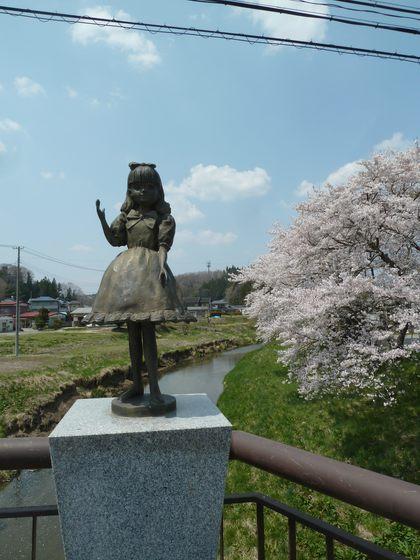 リカちゃん像と小野の街並み