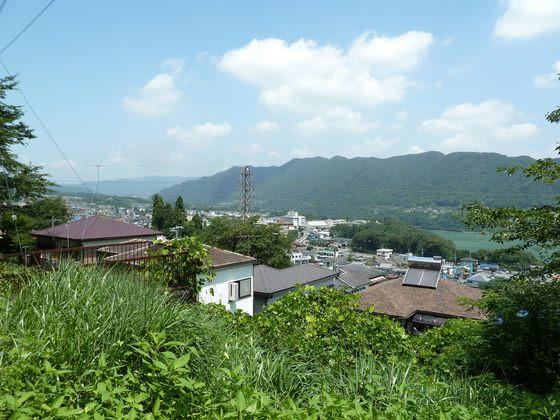 県道513号線側から見る津久井の市街地