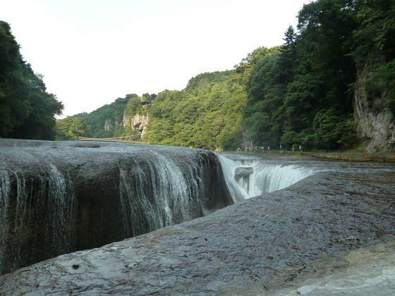 川に下りて目の前で大迫力の滝の様子を楽しむことが出来る